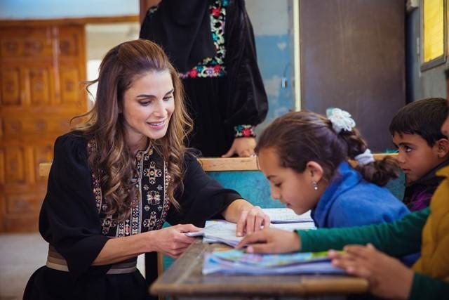 Queen Rania visits Al Koum Al Ahmar in Al Mafraq and meets with local residents